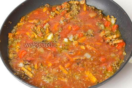Затем добавьте в сковороду стакан томатного сока, накройте крышкой и тушите 25-30 минут.