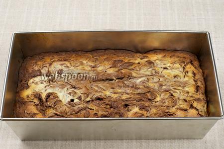 Выпекать в разогретой до 180 °С духовке 50-60 минут, готовность проверять деревянной шпажкой, из готового брауни она должна выходить сухой. Пирог остудить и нарезать квадратиками.