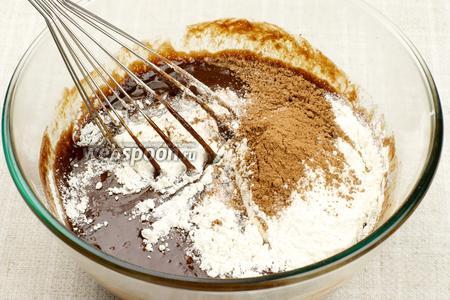 Взбивая венчиком, добавить частями муку, какао и разрыхлитель.