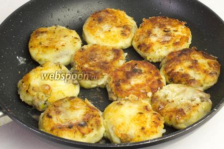 Обжаривайте котлеты на хорошо разогретой сковороде с добавлением масла примерно по 5 минут с каждой стороны до появления корочки. Переворачивайте котлеты аккуратно, чтобы они не потеряли форму.