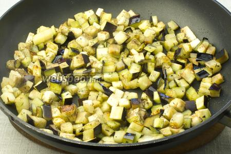 Обжаривайте на среднем огне с добавлением масла 5 минут.