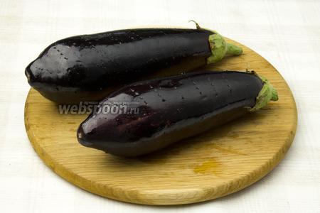 Баклажаны наколите вилкой, смажьте небольшим количеством растительного масла и запекайте в разогретой до 190 °C духовке 40 минут.