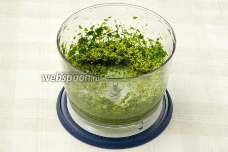 Перемолоть зелень с орехами и чесноком в блендере или перекрутить через мясорубку.