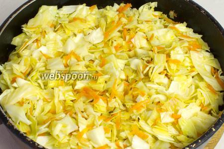 Добавьте капусту в сковороду и обжаривайте 2-3 минуты, постоянно перемешивая.