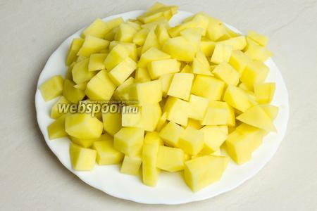 Картофель очистить от кожуры и также порезать кубиками.