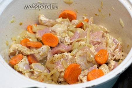 Добавить порезанное филе индейки, хорошо перемешать и готовить пока мясо не побелеет.