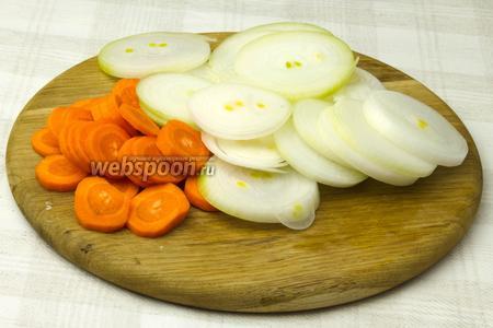 Таким же образом нарезать лук и морковь.