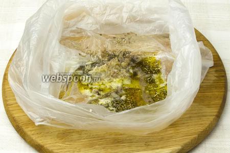 В небольшой пластиковый пакет влить оливковое масло, выжать сок из половины лимона, выдавить чеснок, добавить прованские травы, соль и перец по вкусу. Крепко завязать пакет, затем стирающими движениями перетереть его содержимое.