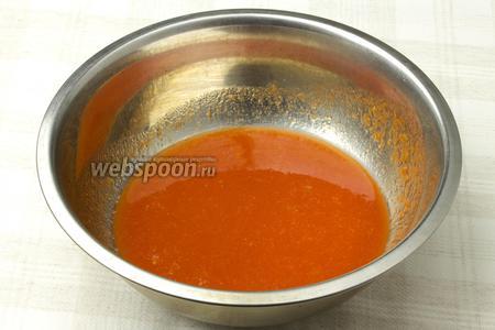 Томатный сок поставьте на медленный огонь, добавьте немного соли и томите 20 минут.