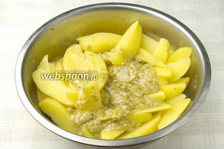 С отваренного картофеля слить воду, дать остыть и добавить маринад.