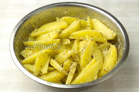 Перемешать картофель с маринадом и оставить на 30 минут настаиваться.