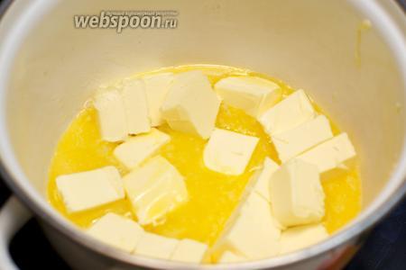 Сливочное масло порубить кубиками и растопить, не доводя до кипения.
