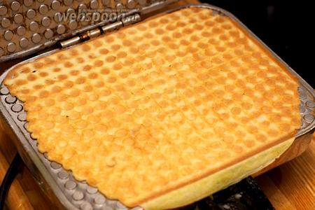 Плотно закрыть створки вафельницы и выпекать до готовности 1-2 минуты (вафельницу можно открывать и проверять уровень готовности печенья).