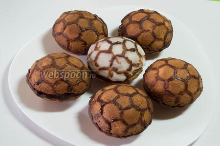 Раскрасить готовое печенье глазурью белой молочной или шоколадной. Вот и готов десерт для юных футболистов и взрослых болельщиков. Смачного!