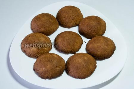В разогретую до 180°-200 °C духовку, поставить формы (вверх тестом) и выпекать печенье 15-20 минут до золотистого цвета. Вынуть половинки печенья и остудить.