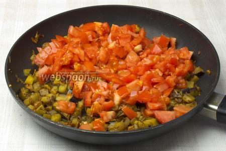 В сковороду выложить помидоры, увеличить огонь и хорошенько прожарить 3-5 минут. Затем убавить огонь до минимума и тушить подливку 10-15 минут.