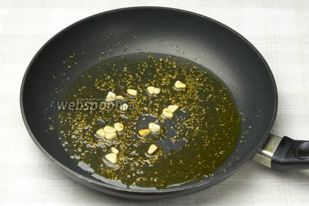 На слегка разогретой сковороде с добавлением оливкового масла 2-3 минуты обжарить чеснок со специями.