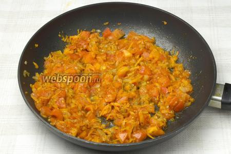 К овощам добавить помидоры и томить 10 минут.