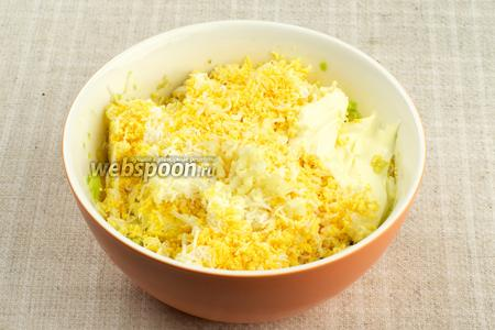 Соединить яйца, авокадо, выдавленный через пресс чеснок и 1-2 столовые ложки майонеза.