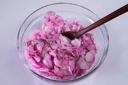 Обрезанные, чистые и просушенные лепестки розы нужно растереть в стеклянной посуде со 100 г сахарного песка до образования кашицы. Это нужно, чтобы лепестки выделили сок.