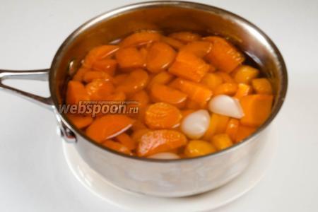 Вскипятить воду, посолить и опустить туда морковь с чесноком. Варить до готовности.