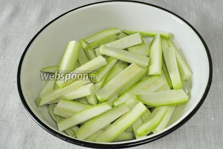 Сложить порезанные кабачки в глубокую миску и посыпать солью. Оставить на 5 минут.
