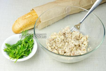 Паштет подавать со свежей зеленью (петрушка, укроп, зелёный лук) и багетом.