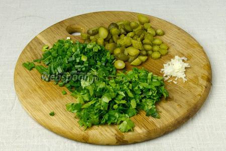 Мелко порубить корнишоны, чеснок, петрушку и лук.