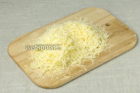 Натереть на крупной тёрке сыр.