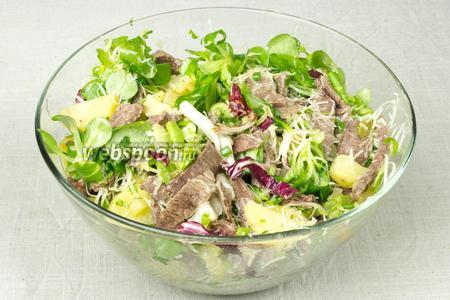 Добавить в салат сыр и полить заправкой. Перемешать и подавать к столу.