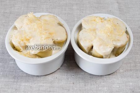 Залить полученным соусом каннеллони, посыпать сверху сыром.