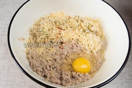 Фарш выложить в удобную посуду, добавить в него сыр и яйцо. Всё тщательно перемешать. Начинка готова.
