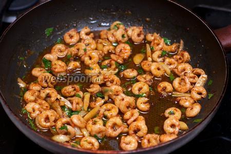 Подавать готовые креветки с соусом и долькой лимона, как самостоятельное блюдо или дополнение, например, к спагетти.