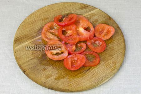Помидоры нарезать тонкими кружочками, удалить сок и семена.