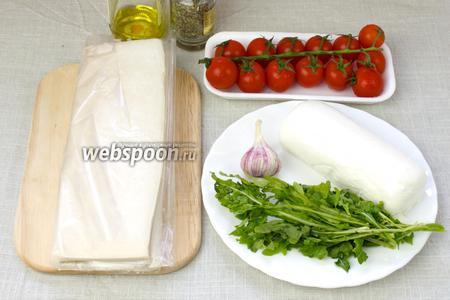 Чтобы приготовить этот пирог возьмите: лист готового теста, помидоры черри, моцареллу, рукколу, маленькую головку молодого чеснока или 3 зубчика старого, сухой орегано, оливковое масло, соль, перец.