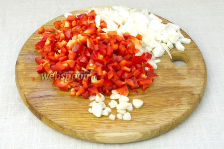 Сладкий перец, перец чили, лук и чеснок мелко порубить ножом.