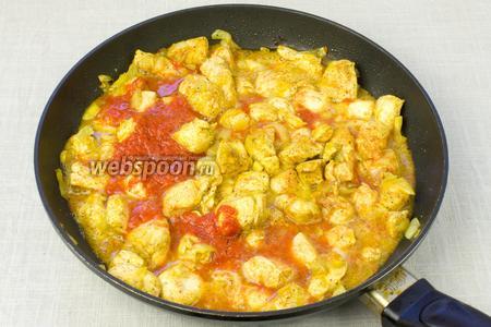 В сковороду влить томатный сок, посолить, накрыть крышкой и тушить 15-20 минут.