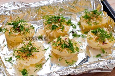 В углубление в картошке вбиваем перепелиное яйцо, посыпаем солью и специями, тертым сыром и укропом. Для лодочек используйте примерно 3/4 от общего количества сыра и укропа, также желательно оставить часть специй.