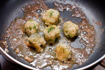 В сковородке разогреваем сливочное масло и обжариваем шарики со всех сторон до румяной корочки. Подаем шарики и лодочки вместе.