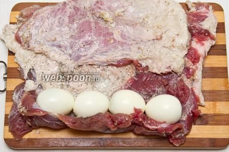 Теперь на мясо выкладываем в линию яйца.