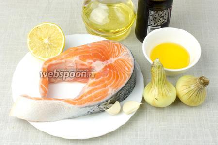 Для этого рецепта возьмите: любую красную рыбу, репчатый лук, чеснок, соевый соус, мёд, лимон, чёрный перец.