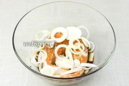 Выложить на рыбу луковые кольца и поставить в холодильник мариноваться, минимум на 2 часа.