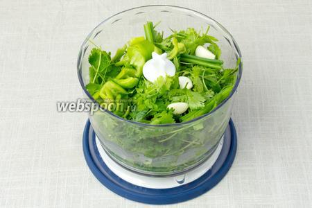 Все ингредиенты необходимо измельчить до состоянии однородной массы при помощи блендера.