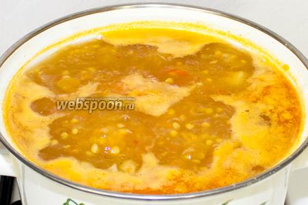 В кастрюлю добавить томатную заправку и картофель. Посолить и поперчить по вкусу и варить 20-25 минут. После, суп снять с огня, выдавить 2 зубчика чеснока, накрыть крышкой и настаивать 15 минут.