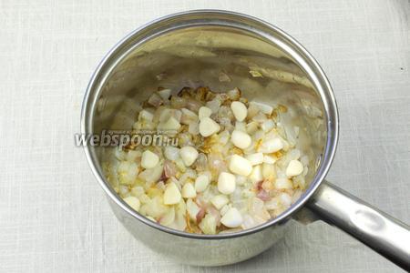 К луку добавить чеснок и пассеровать 2-3 минуты.
