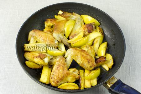 Затем крышку снять и, перемешивая, жарить мясо с яблоками ещё 10 минут. Подавать как отдельное блюдо.