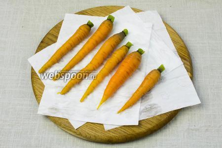 Варёную морковь обдать холодной водой и обсушить при помощи влажных салфеток.