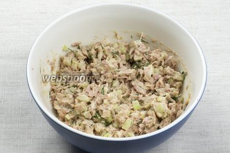 Хорошо всё перемешать добавить чёрный молотый перец и соль по вкусу. Подавать с бутербродными булочками и листьями салата.