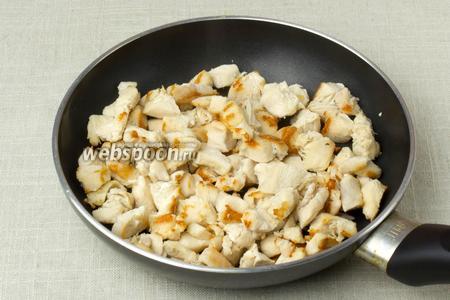Возьмите сковороду с антипригарным покрытием, добавьте немного кипячёной воды, выложите филе, накройте крышкой и тушите, пока не испарится вода. После, по желанию, немного обжарить мясо, без добавления жира. Дать остыть.