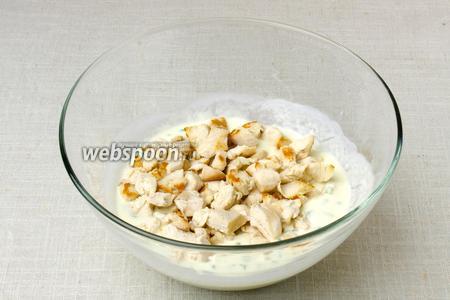 В заправку выложить курицу, добавить сыр и посолить по вкусу. Перемешать.